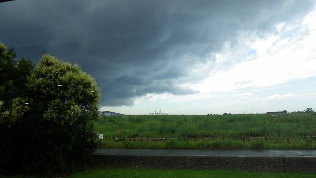 忍び寄る黒雲